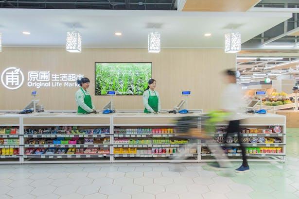 LATITUDE-market-05-cashier