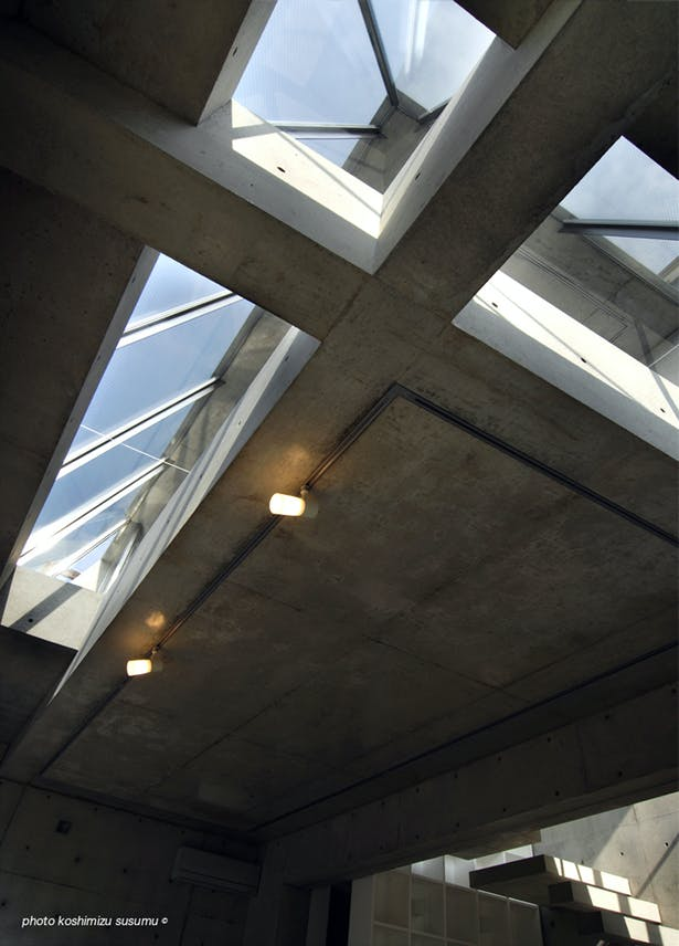 The ceiling looked up from LEVEL2. Sky is looked at from an upper all-out window through slit. (photo koshimizu susumu)