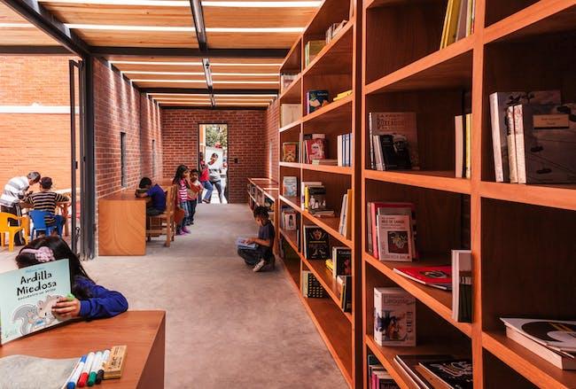 A library designed by Rozana Montiel, Rozana Montiel Estudio de Arquitectura. Photography courtesy of the architect.