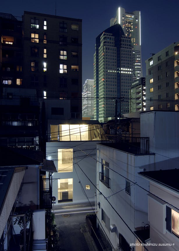 the night view of the elevation that looked a high-rise building group in the background. (photo koshimizu susumu)