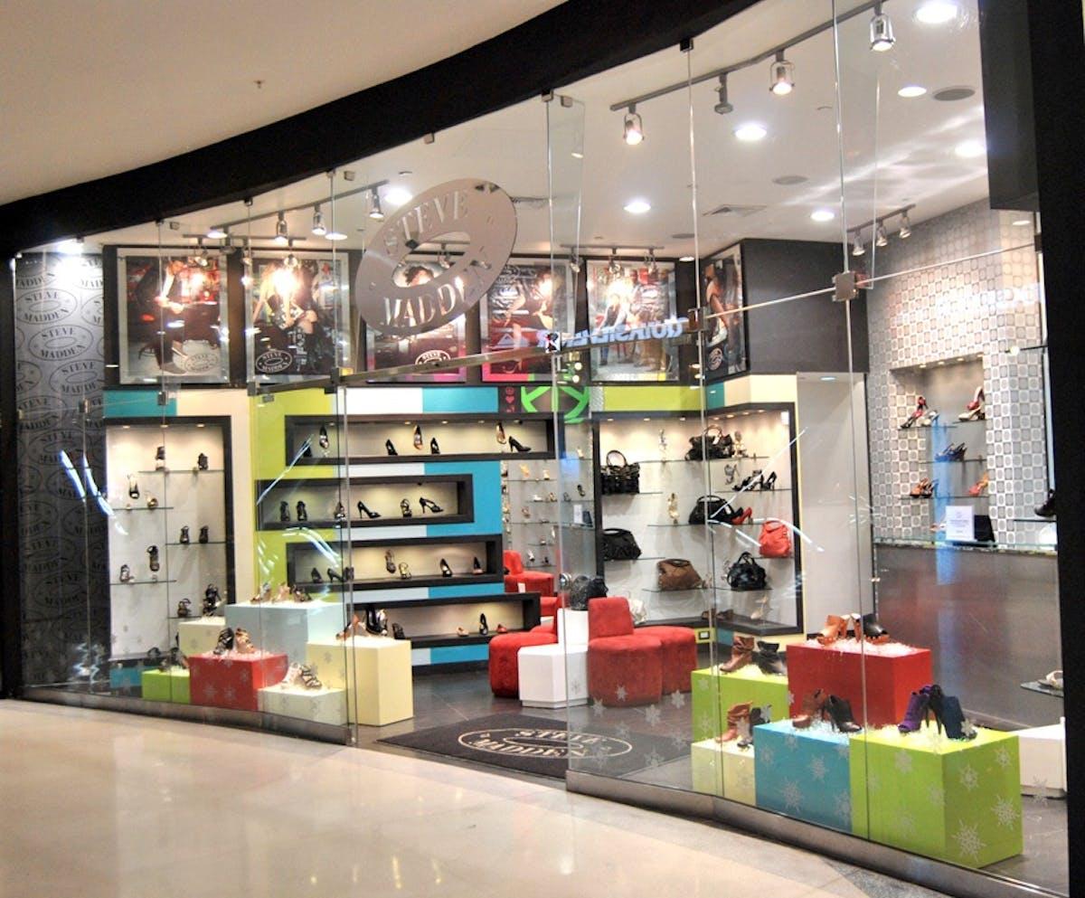 sección Personalmente tienda  Steven Madden - Blue Mall - Santo Domingo, Dominican Republic   Bright  Ideas Consulting, SRL.   Archinect
