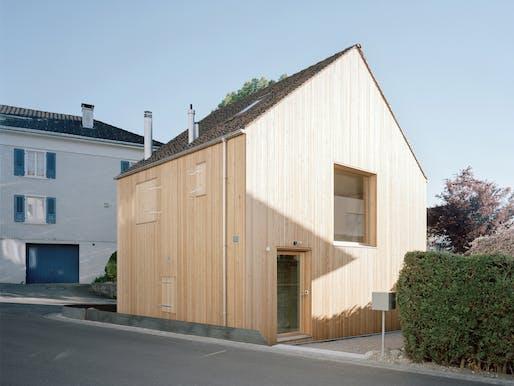 Small house by Lukas Lenherr Architektur. Photo: Florian Amoser.