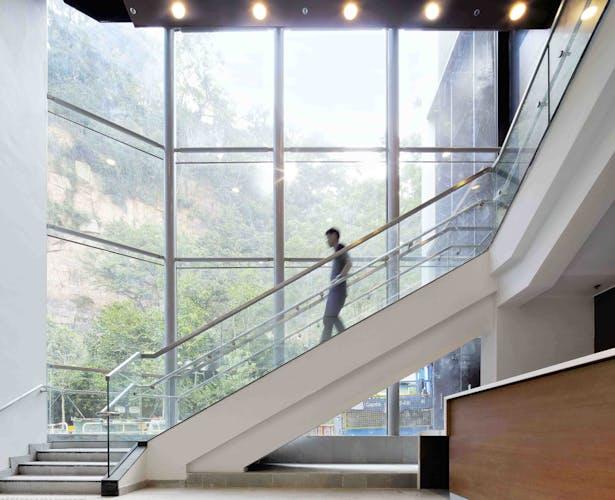 Borrowing the surrounding park environment into the theatre interior