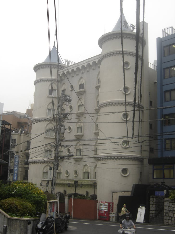 ...and exteriors, as this faux castle hotel shows. Image: Wikipedia.