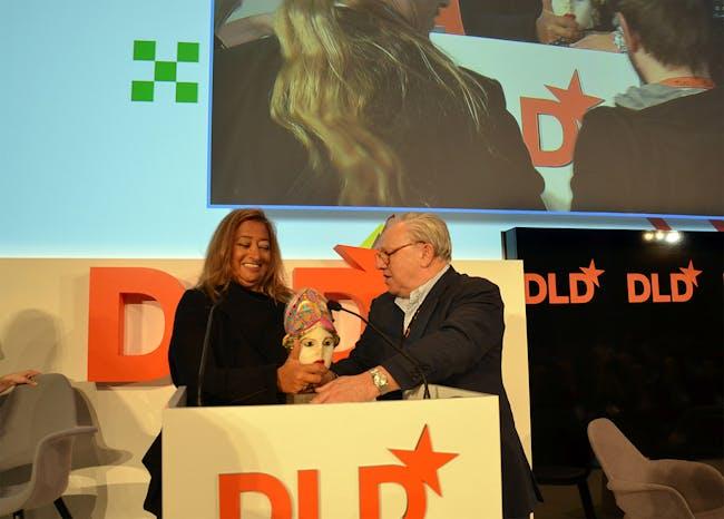 Dr. Hubert Burda awards Zaha Hadid with the Aenne Burda-Award on January 21, 2013 (Photo: picture alliance/Jan Haas)