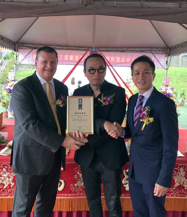 Global Board Director Andy Wen (middle) presents the Asia Pacific Property Award Certificate to the school