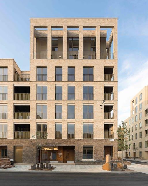 Kings Crescent Estate, designed by Karakusevic Carson Architects © Peter Landers
