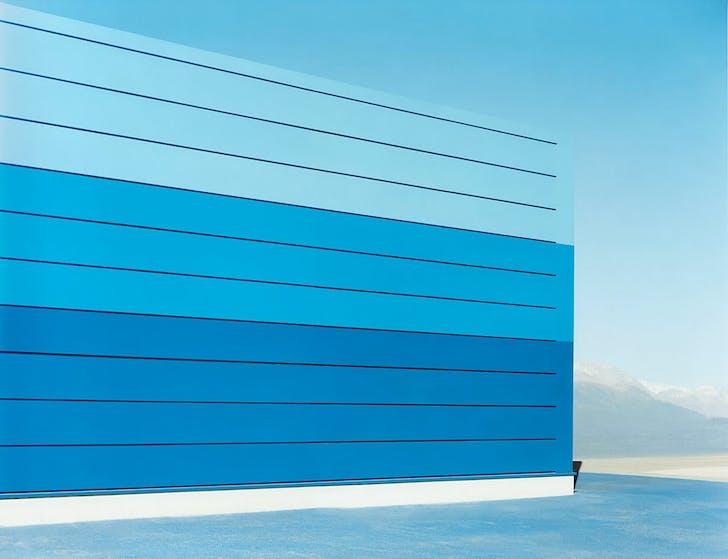 'sachliches': Halle blau #5, 2007, C-Print, 100 x 130 cm © Josef Schulz