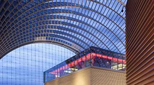 The glass roof of the Dorrance H. Hamilton Garden Terrace inside the Kimmel Center for the Performing Arts in Philadelphia uses tintable dynamic glass technology to reduce heat gain and block glare without disrupting the views. (Image via sageglass.com)