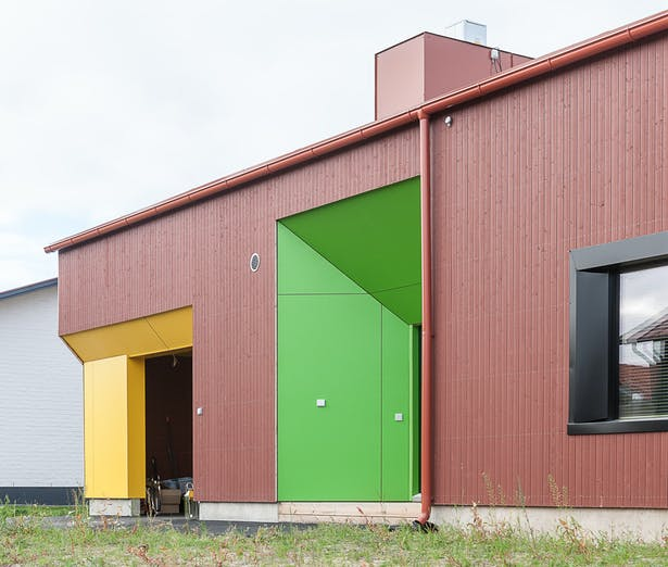 The colourful niches structure the otherwise traditional building mass.
