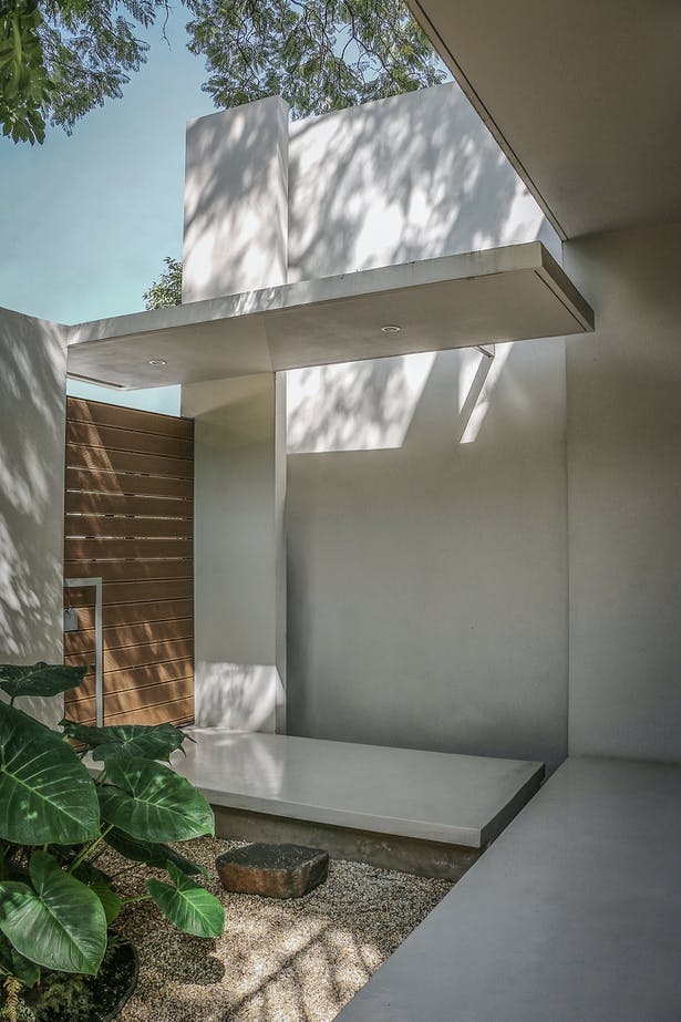 Pedestrian Interior Entry / Casa Nirau