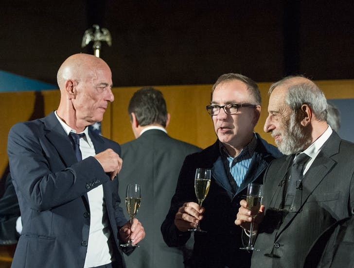 Joint winners of the inaugural Mies Crown Hall Americas Prize: Jaques Herzog of Herzog & De Meuron (left) and Alvaro Siza (right) with Illinois Institute of Technology dean and prize host, Wiel Arets (center). Photo courtesy of Mies Crown Hall Americas Prize/IIT.