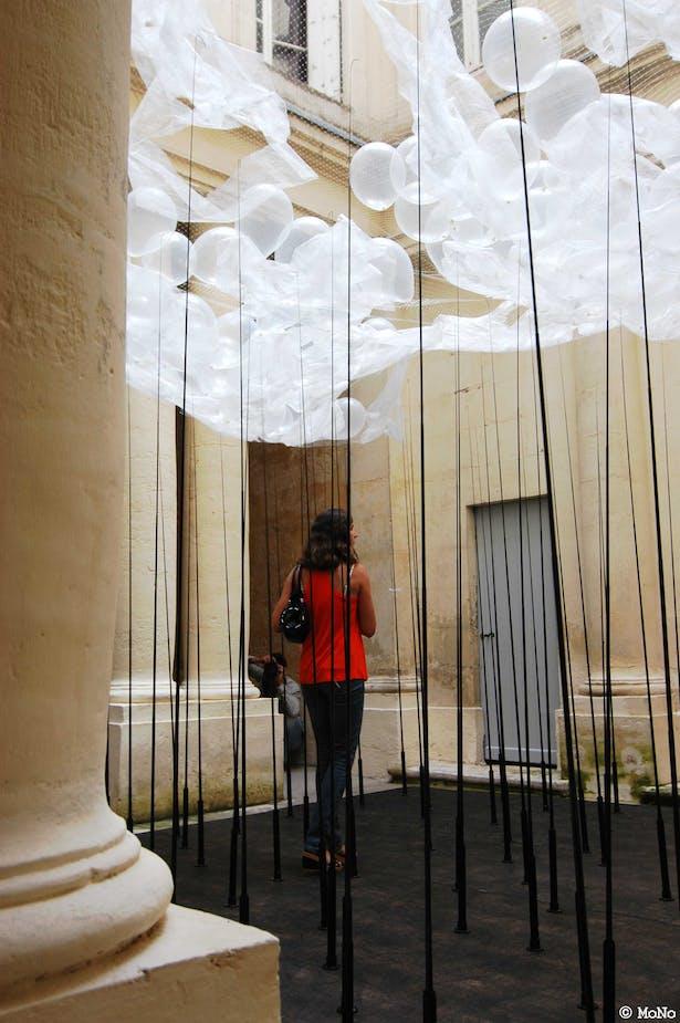 people walking around inside of the installation art (photo MoNo)