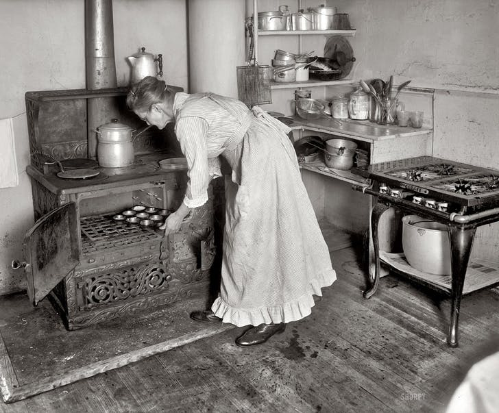 A kitchen scene from 1917. Image: shorpy.com