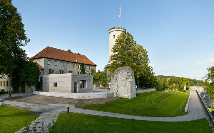 The new Sparrenburg Visitor Center with the old fortress in the background. © Stefan Müller
